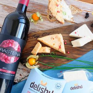 Опитай невероятната комбинация от трите вкуса наДеликатес от заквасено кашу Delishuи малиново вино TRASTENAна специална цена!