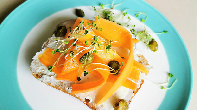 Отворен сандвич с веган сьомга, деликатес от заквасено кашу Delishu и каперси