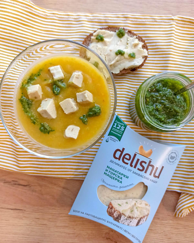 Лятна зеленчукова крем супа със свежо магданозено песто и Delishu с горски манатарки