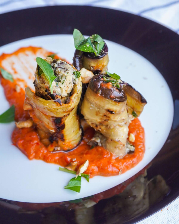 Пълнени патладжани със сос от печени домати и чушки