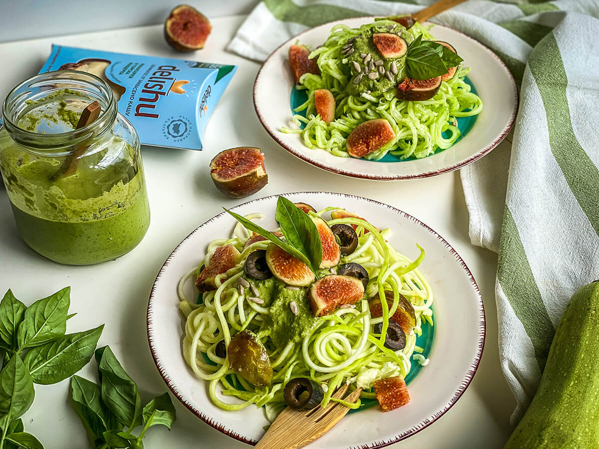 Спагети от тиквички и краставица с босилеково песто и Delishu Натурално